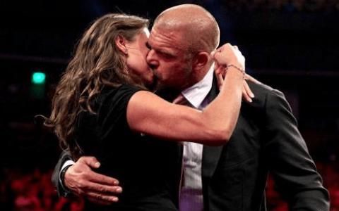 大公主迎来44岁生日!老麦携WWE女子组送上祝福,唯独少了王大锤