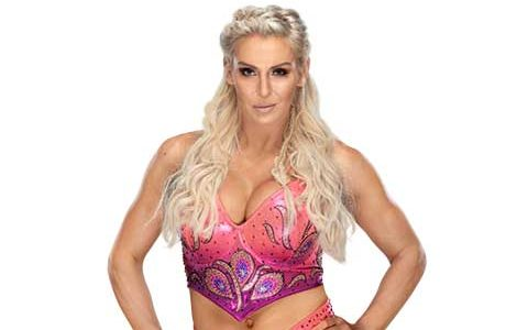 准女超人蜕变RAW女子冠军,公文包小姐妮基打败WWE女皇夏洛特弗莱尔兑现成功!
