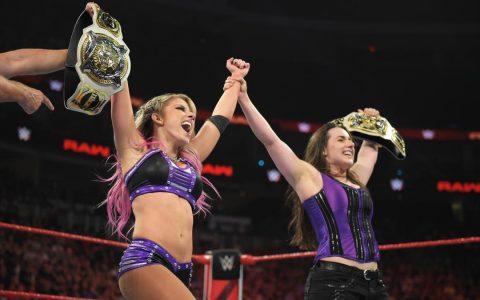 WWE女子双打冠军易主小魔女小疯妹首度夺此冠