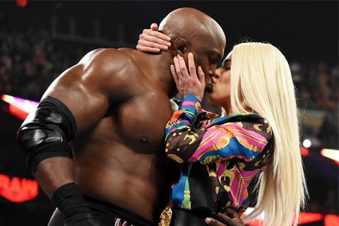 拉娜和卢瑟夫离婚后当众接吻,捎带打一顿无敌荷西《WWERAW1382期》