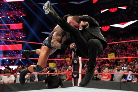 WWE1398期RAW上,揭露WWE摔角狂热大赛前的五条重大故事线!