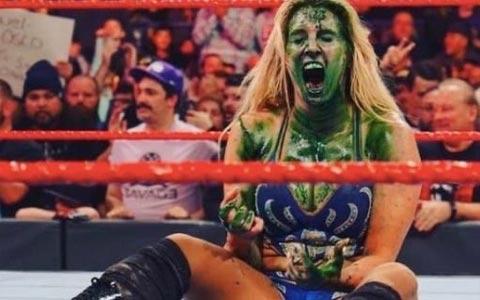 女子冠军明日华迎来39岁生日!WWE选手集体恶搞发被绿雾喷脸图以示祝福