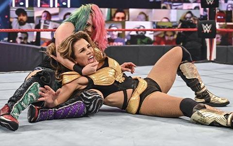 WWE女子冠军赛闹出乌龙!选手受伤裁判播报员解说员配合度为0