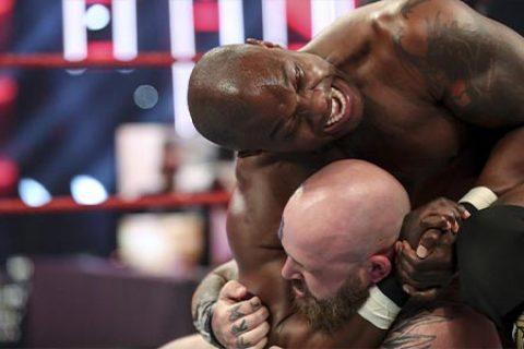 昨天RAW比赛出现意外!维京战士成员埃瓦尔比赛中受伤严重