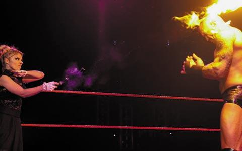 顶级掠食者浴火重生!兰迪·奥顿在上周RAW中是真的被烧伤,还是只是节目效果?