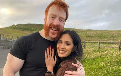 情场得意,战场失意?大白希莫斯订婚成功,但WWE全美冠军可能不保!